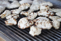 Close-up of grilled chicken meat on barbeque grill 11016033390| 写真素材・ストックフォト・画像・イラスト素材|アマナイメージズ