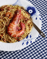 High angle view of prawns in noodles served on plate 11016033393| 写真素材・ストックフォト・画像・イラスト素材|アマナイメージズ