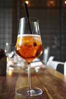 Close-up of aperitif cocktail in wineglass on wooden table 11016033394| 写真素材・ストックフォト・画像・イラスト素材|アマナイメージズ