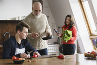 Happy family cooking food together at home 11016033487| 写真素材・ストックフォト・画像・イラスト素材|アマナイメージズ