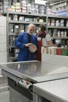 Mature man talking with coworker in printing workshop 11016033531| 写真素材・ストックフォト・画像・イラスト素材|アマナイメージズ