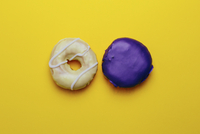 Directly above shot of donuts on yellow background 11016033564| 写真素材・ストックフォト・画像・イラスト素材|アマナイメージズ
