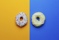 Directly above shot of donuts on colored background 11016033567| 写真素材・ストックフォト・画像・イラスト素材|アマナイメージズ