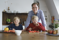 Portrait of father with sons sitting at table in kitchen 11016033786| 写真素材・ストックフォト・画像・イラスト素材|アマナイメージズ