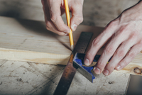 Cropped hands of carpenter marking on plank with pencil and ruler at workshop 11016034854| 写真素材・ストックフォト・画像・イラスト素材|アマナイメージズ