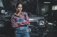 Portrait of confident female mechanic with arms crossed leaning on car at workshop 11016034926| 写真素材・ストックフォト・画像・イラスト素材|アマナイメージズ