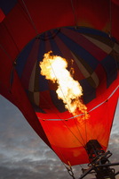 Low angle view of fire in hot air balloon against sky 11016034987| 写真素材・ストックフォト・画像・イラスト素材|アマナイメージズ