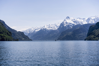 Scenic view of Lake Lucerne and snowcapped mountains against sky, Brunnen, Switzerland 11016035376| 写真素材・ストックフォト・画像・イラスト素材|アマナイメージズ