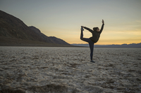 Full length of young woman doing yoga in desert at sunset, Death Valley, Nevada, USA 11016035444| 写真素材・ストックフォト・画像・イラスト素材|アマナイメージズ