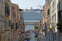 Huge cruise ship seen from canal in city, Venice, Veneto, Italy 11016035890| 写真素材・ストックフォト・画像・イラスト素材|アマナイメージズ