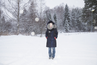 Full length portrait of mid adult woman standing on snow covered field 11016036041| 写真素材・ストックフォト・画像・イラスト素材|アマナイメージズ