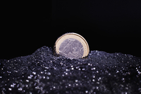 Close-up of one Euro coin in shiny sand against black background 11016036084| 写真素材・ストックフォト・画像・イラスト素材|アマナイメージズ