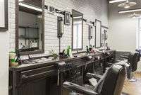 Empty chairs in front of mirrors at barber shop 11016036170| 写真素材・ストックフォト・画像・イラスト素材|アマナイメージズ
