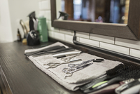 Close-up of various scissors and combs on napkin at hair salon 11016036179| 写真素材・ストックフォト・画像・イラスト素材|アマナイメージズ