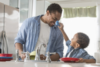 Father and son washing dishes in kitchen 11018073602| 写真素材・ストックフォト・画像・イラスト素材|アマナイメージズ