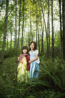 Asian sisters wearing costumes in woods 11018074170| 写真素材・ストックフォト・画像・イラスト素材|アマナイメージズ