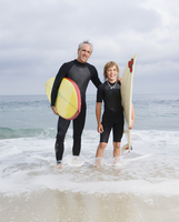 Father and son holding surfboards at beach 11018074367| 写真素材・ストックフォト・画像・イラスト素材|アマナイメージズ