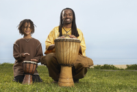 African father and son playing drums 11018074548| 写真素材・ストックフォト・画像・イラスト素材|アマナイメージズ