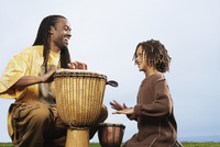 African father and son playing drums 11018074549| 写真素材・ストックフォト・画像・イラスト素材|アマナイメージズ
