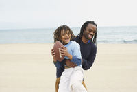 African father an son playing football 11018074555| 写真素材・ストックフォト・画像・イラスト素材|アマナイメージズ