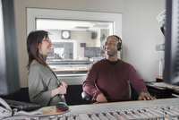 African dj working at radio station with co-worker 11018077636| 写真素材・ストックフォト・画像・イラスト素材|アマナイメージズ