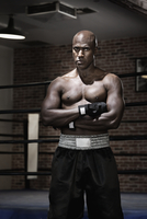 Intense African boxer with arms crossed 11018078852| 写真素材・ストックフォト・画像・イラスト素材|アマナイメージズ