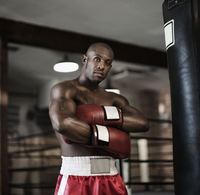 African boxer with arms crossed 11018078856| 写真素材・ストックフォト・画像・イラスト素材|アマナイメージズ