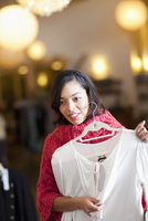 Mixed race woman shopping for shirt in store 11018080058| 写真素材・ストックフォト・画像・イラスト素材|アマナイメージズ
