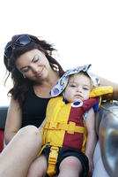 Caucasian mother looking at daughter wearing life jacket 11018080348| 写真素材・ストックフォト・画像・イラスト素材|アマナイメージズ