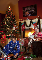 Caucasian father and son in living room on Christmas morning 11018080522| 写真素材・ストックフォト・画像・イラスト素材|アマナイメージズ