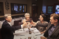 Couples toasting with red wine in restaurant 11018080809| 写真素材・ストックフォト・画像・イラスト素材|アマナイメージズ
