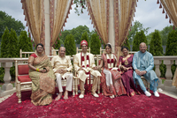 Indian bride and groom with family in traditional clothing 11018081478| 写真素材・ストックフォト・画像・イラスト素材|アマナイメージズ