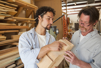 Co-workers woodworking in workshop 11018081494| 写真素材・ストックフォト・画像・イラスト素材|アマナイメージズ