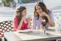 Hispanic mother and daughter eating at cafe 11018081854| 写真素材・ストックフォト・画像・イラスト素材|アマナイメージズ