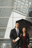 Business people standing together with umbrella 11018081879| 写真素材・ストックフォト・画像・イラスト素材|アマナイメージズ
