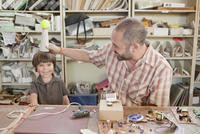 Father and son playing in workshop 11018082513| 写真素材・ストックフォト・画像・イラスト素材|アマナイメージズ