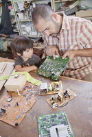 Father and son playing with microchips 11018082514| 写真素材・ストックフォト・画像・イラスト素材|アマナイメージズ