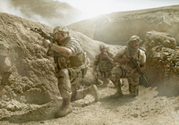 Soldiers advancing in dry rural landscape 11018082720| 写真素材・ストックフォト・画像・イラスト素材|アマナイメージズ
