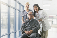 Doctor and nurse smiling with patient in hospital 11018082825| 写真素材・ストックフォト・画像・イラスト素材|アマナイメージズ