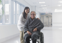 Doctor smiling with patient in hospital 11018082826| 写真素材・ストックフォト・画像・イラスト素材|アマナイメージズ