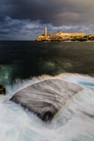 Blurred view of water washing over rock in harbor 11018082901| 写真素材・ストックフォト・画像・イラスト素材|アマナイメージズ