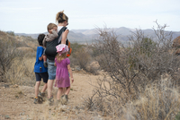 Mother and children hiking in the desert, Big Bend National Park, Texas, USA 11025010377| 写真素材・ストックフォト・画像・イラスト素材|アマナイメージズ