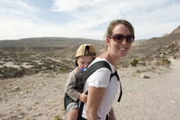 Mother and young son hiking in Big Bend National Park, Texas, USA 11025010452| 写真素材・ストックフォト・画像・イラスト素材|アマナイメージズ