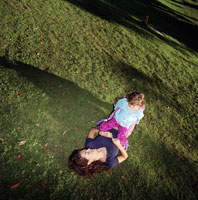 Mother and daughter relaxing outdoors 11029004793| 写真素材・ストックフォト・画像・イラスト素材|アマナイメージズ