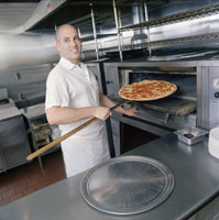 Cook removing pizza from oven 11029005088| 写真素材・ストックフォト・画像・イラスト素材|アマナイメージズ