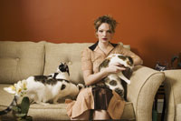 Portrait of young woman with cats 11029009313| 写真素材・ストックフォト・画像・イラスト素材|アマナイメージズ