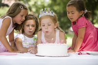 Girl blowing out birthday candles 11029014694| 写真素材・ストックフォト・画像・イラスト素材|アマナイメージズ