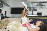 Mother and Daughter with Paper Airplane 11030016853| 写真素材・ストックフォト・画像・イラスト素材|アマナイメージズ