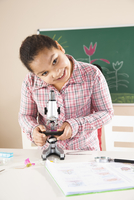 Girl Looking at Flower with Microscope in Classroom, Baden-W 11030037226| 写真素材・ストックフォト・画像・イラスト素材|アマナイメージズ