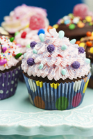 An assortment of ornately decorated cupcakes for a party 11047039579| 写真素材・ストックフォト・画像・イラスト素材|アマナイメージズ
